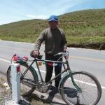 23 J2- Sur la route de Cusco, km 50, on laisse un petit souvenir sur le biclou de ce peruvien venu discuter un peu (Copy)