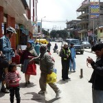 45- J18- A Cerro de Pasco des peruviens curieux de notre mode de transport