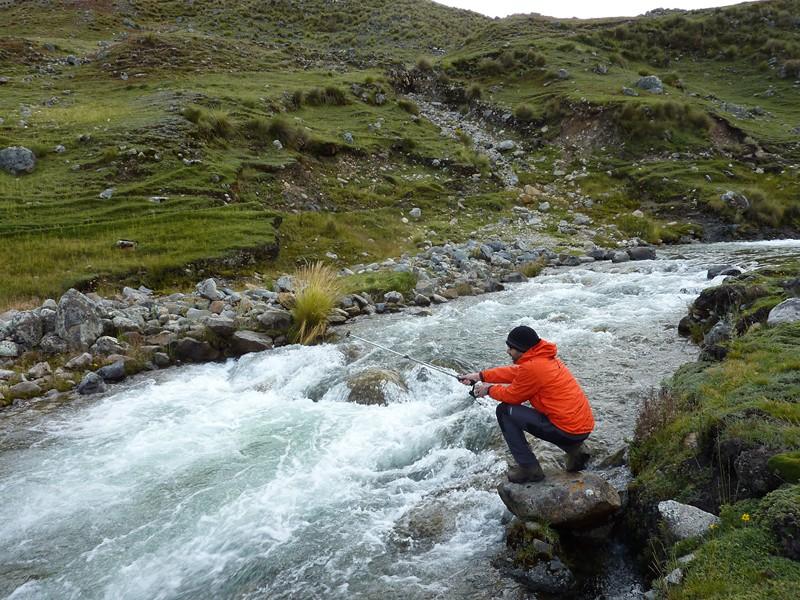 technique de Nico pour pêcher la truite, la veste rouge flashy pour attirer le poisson (résultat, aucun poisson, ils doivent préférer le jaune)
